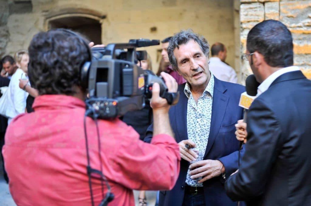 Sébastien Galaup-animateur micro-Jean-Jacques Bourdin-caméra-interview