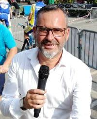 Sébastien Galaup speaker sportif lors d'une course cycliste