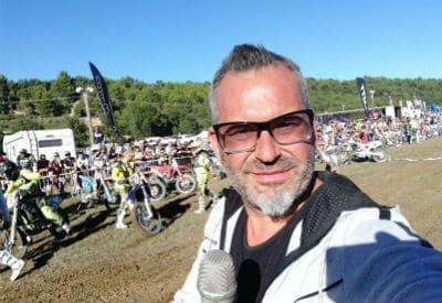 speaker sportif-départ-championnat-mondial-enduro-mécanique
