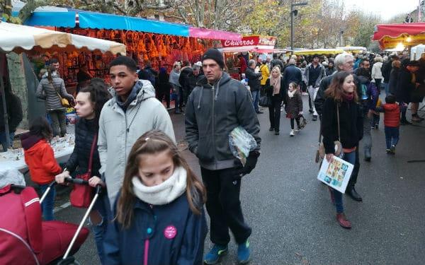 animateur micro-marché de Provence-exposants-foule