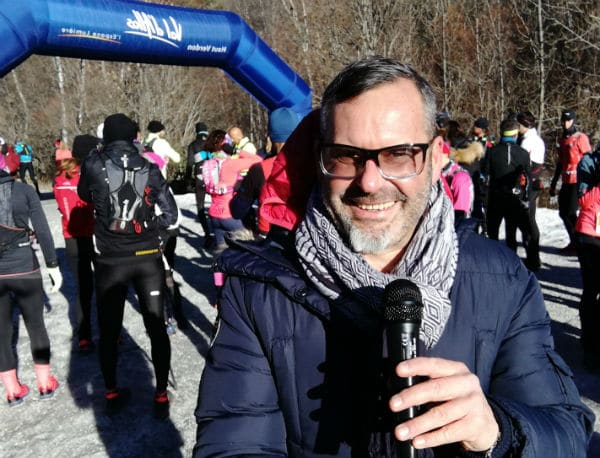 course-pédestre-concurrents-presentateur sportif-départ