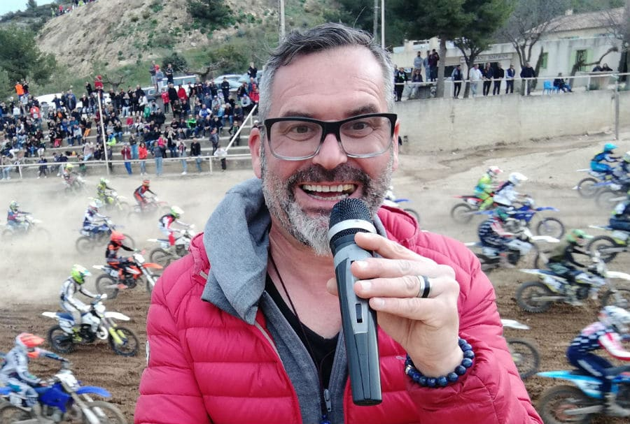 speaker de moto cross-pilotes-tribune-public-Sébastien Galaup