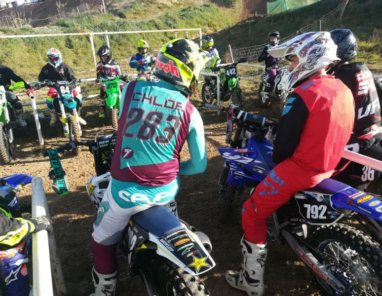 speaker de moto cross-pilotes-préparation-warm up
